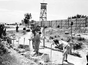 Il Kibbutz Hanita, vicino al confine libanese. Sin dalla prima notte della sua esistenza è stato attaccato dagli arabi. In fondo è ben visibile la torre di controllo, costruita per l'autodifesa.