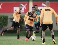Ronaldinho (C) of Brazil's Atletico Mineiro attends a training session a day before their Copa Libertadores first leg final soccer match against Paraguay's Olimpia in Luque, near Asuncion July 16, 2013. REUTERS/Jorge Adorno/Files