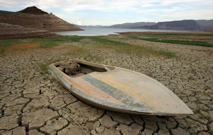 fotografía de un barco hundido en un lago seco de California