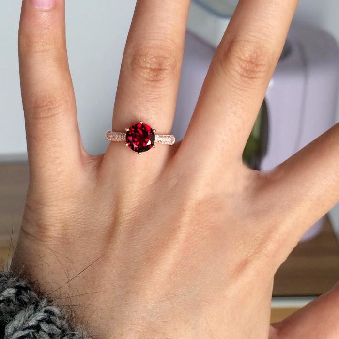 anillo con piedra granate