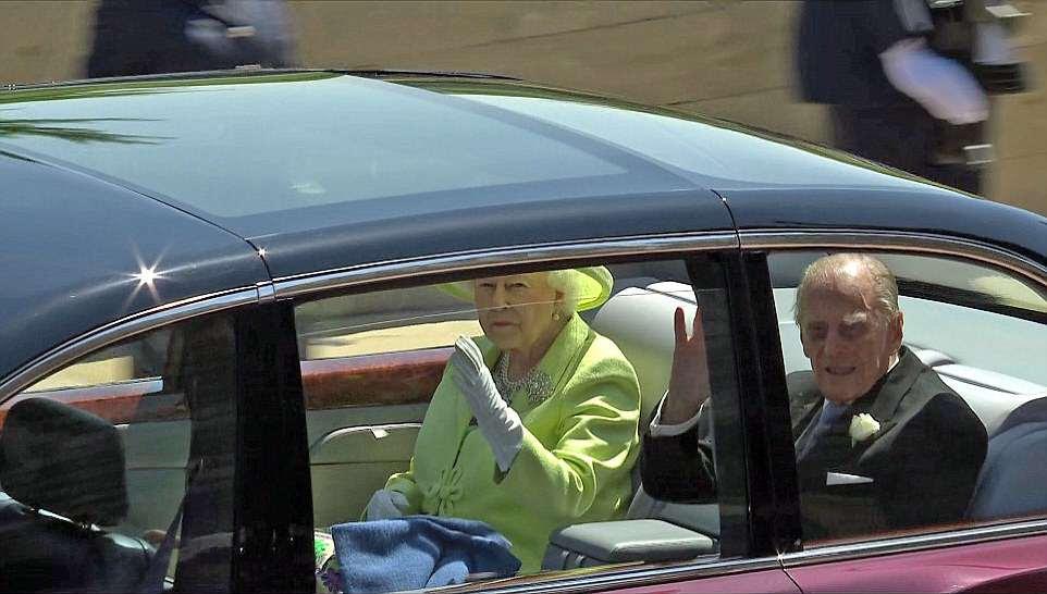 Regal: La reina se ve cada centímetro de la cabeza de la familia y el estado mientras se dirige a las multitudes aplaudiendo junto a su marido, el Príncipe Felipe, después de casarse.