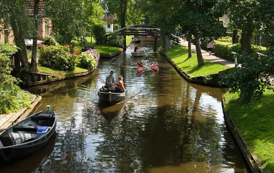 water-village-no-roads-canals-giethoorn-netherlands-6