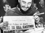 23 de abril. Manhattan, Nueva York. Fidel sostiene el periódico del día en un encuentro con el Overseas Press Club. La policía habría recibido información de que cinco hermanos habían sido enviados aquí desde Filadelfia, Pa., para asesinar al líder cubano.