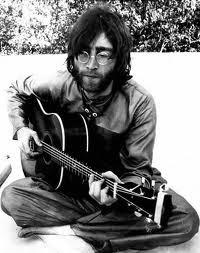 john lennon con barba tocando la guitarra
