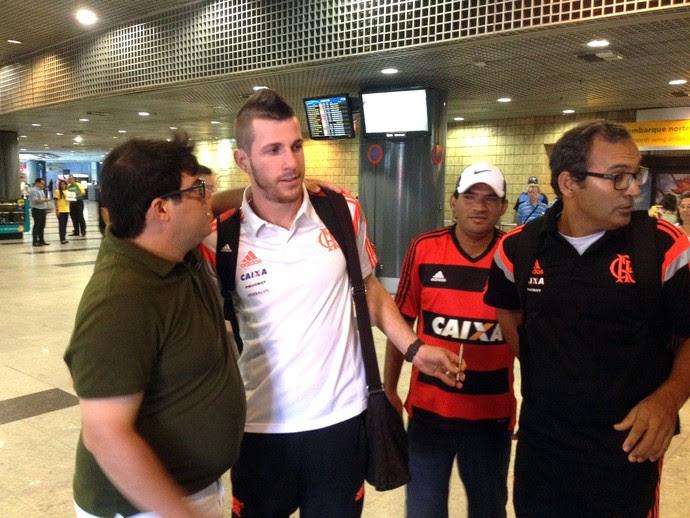 Paulo Victor, Desembarque do Flamengo em Recife (Foto: Carlos Mota / Globoesporte.com)