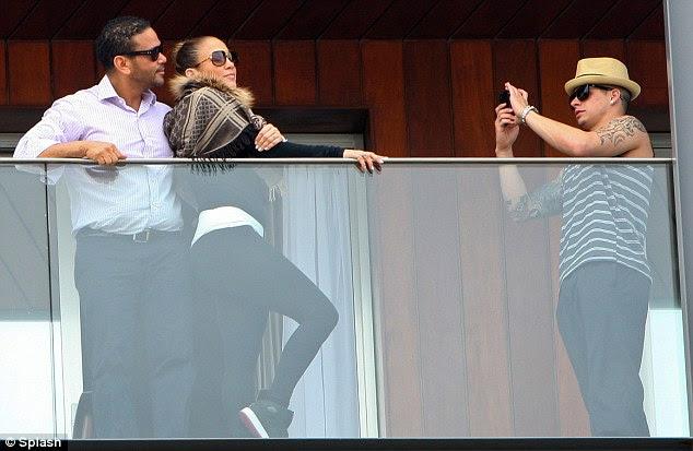 Strike a pose: A cantora pediu Casper para tirar uma foto dela e de seu empresário Benny