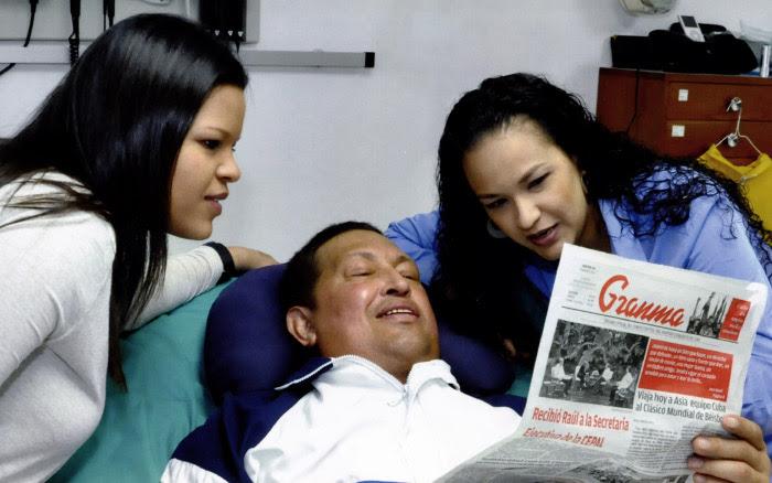 Presidente Chávez junto a sus hijas mayores