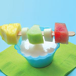 brochetas de fruta con salsa de yogurt