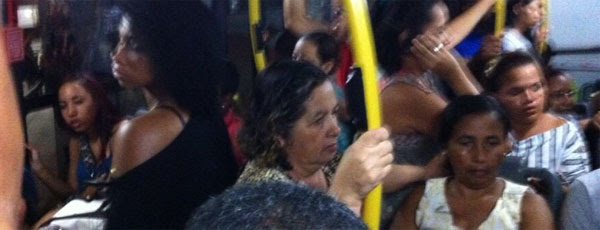 Torcedores se apertam dentro do ônibus na volta para casa após o jogo na Arena (twitter.com/superesportesPE)