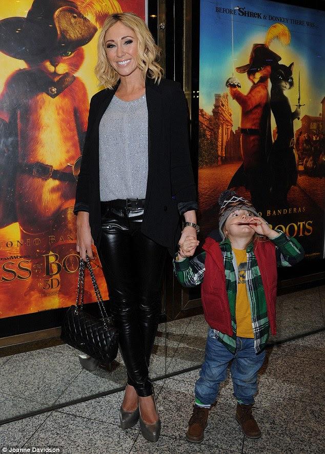 Festividades de Natal antecipado: Jenny Frost e filho Caspar comemorar o lançamento do filme