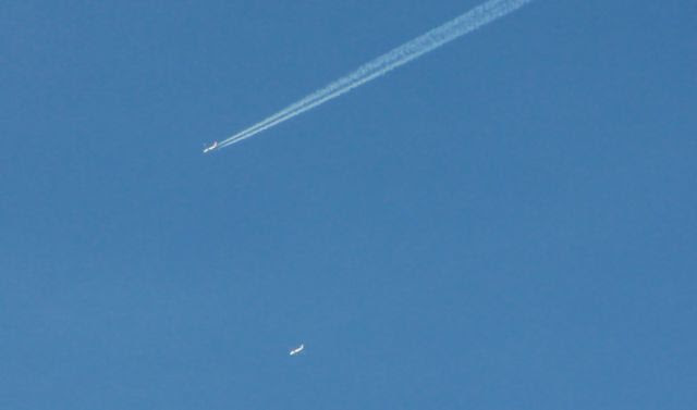 dois aviões ... 1 chemtrail