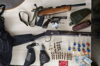 Armas foram apreendidas durante a operação (Foto: Ubatã Notícias)