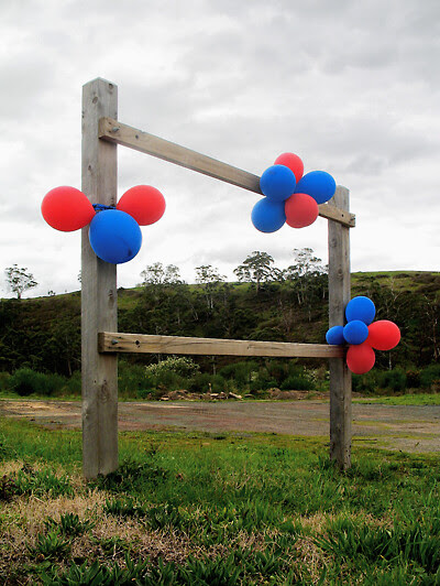 2010.09.11_HEPBURN WINS GRAND FINAL_projection-space with red and blue balloons_400