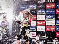 rachel-atherton-celebrates-the-victory-at-the-uci-world-tour-in-val-di-sole-italy-on-august-22nd-2015