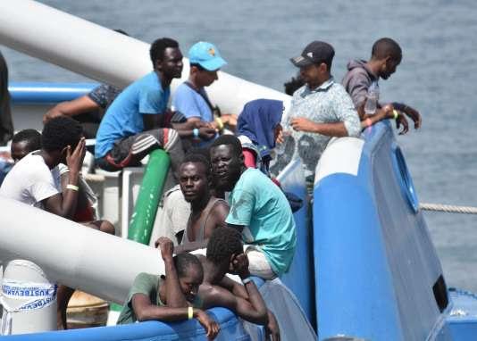 Des migrants secourus au large de la Sicile.
