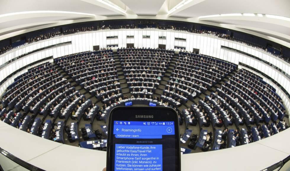 Una persona muestra su teléfono móvil durante un pleno del Parlamento Europeo en Estrasburgo