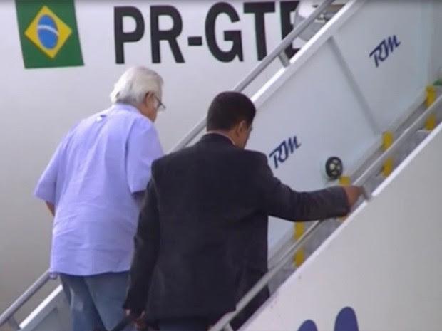 Pedro Corrêa embarcou pela porta traseira do avião, acompanhado por agentes, antes dos outros passageiros. (Foto: Divulgação / Polícia Federal)