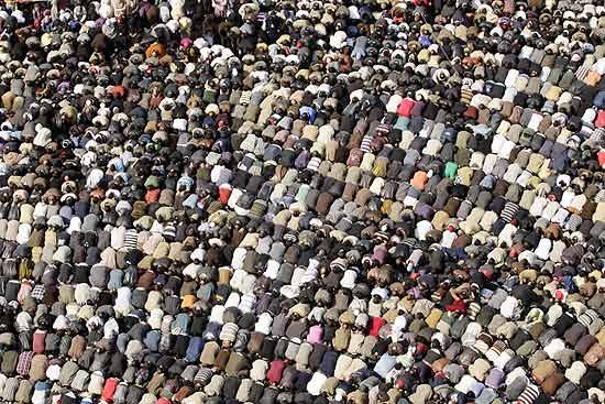 Manifestantes antigoverno participam das orações de sexta-feira na praça Tahrir, Cairo, no 18º dia de protestos