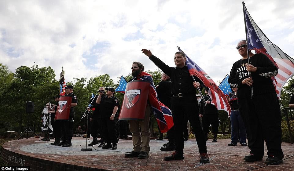 Miembros y partidarios del Movimiento Nacional Socialista, un grupo neonazi, organizan una manifestación el sábado en Newnan, Georgia.  Los miembros de la comunidad se opusieron al mitin y la seguridad fue pesada