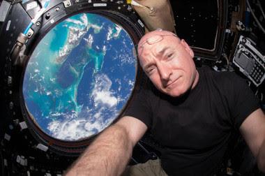 <p>Después de tres cosmonautas rusos, Scott Kelly se convirtió (junto a su compañero de misión Mikhail Kornienko) en el humano que más tiempo seguido ha estado en el espacio. / NASA</p>