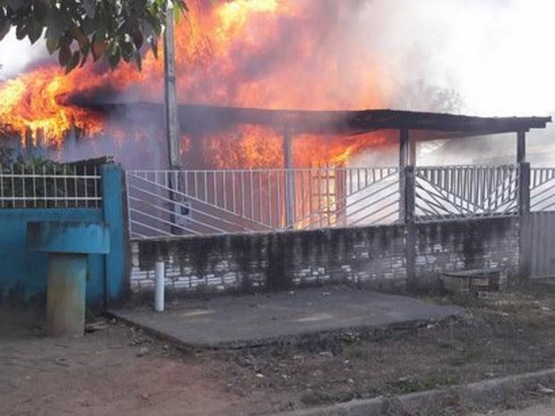 Fogo foi visto por vizinhos de casa, em Machadinho (Foto: Machadinho Online/ Reprodução)