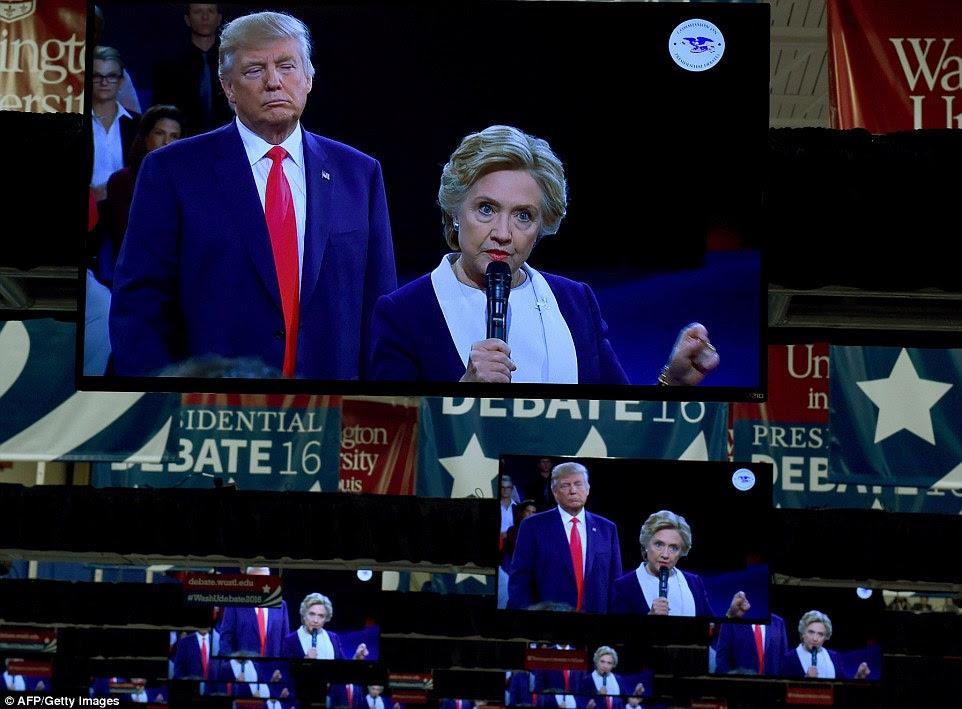 monitores de TV na sala de imprensa mostram candidato republicano Donald Trump e o democrata candidato Hillary Clinton no palco do segundo debate presidencial