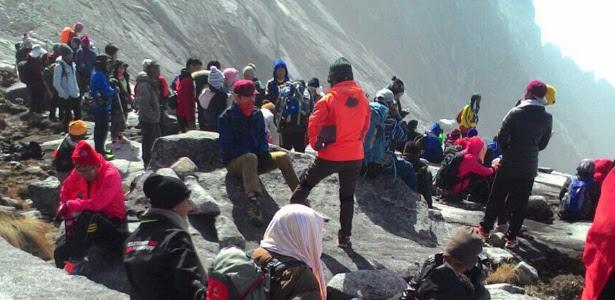 Alpinistas que ficaram isolados na montanha de Gunung Kinabalu após terremoto foram resgatados, segundo o governo malaio