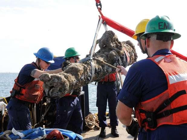 Canhões com até 1.360 quilos foram retirados do mar na segunda-feira Foto: AFP
