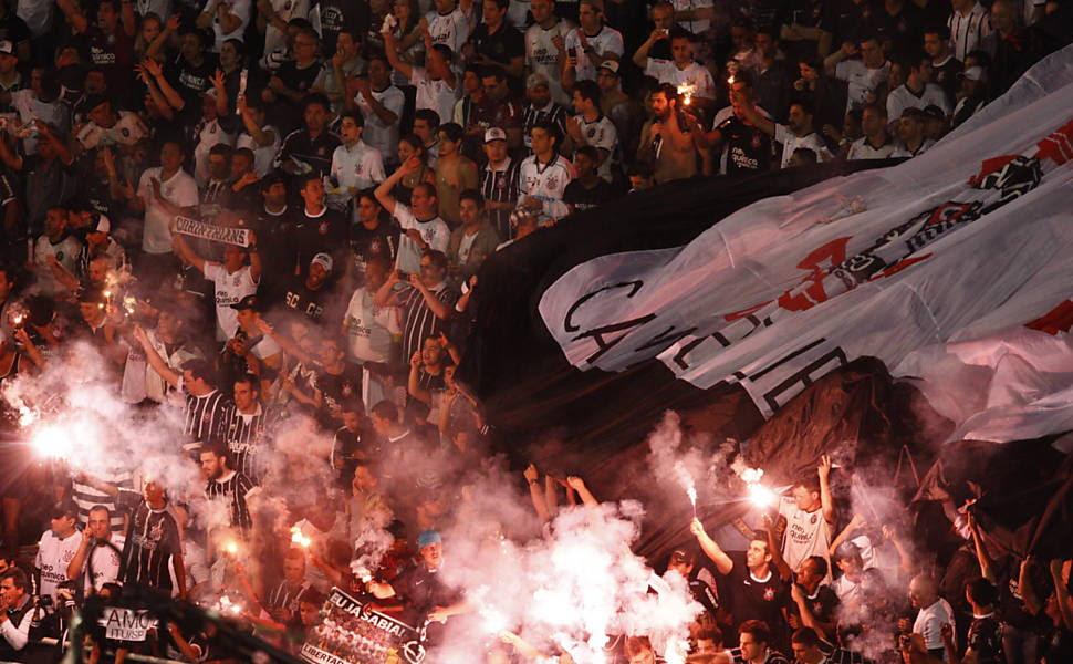 Torcedores do Corinthians comemoram gol contra o Boca Juniors Saiba mais sobre a partida