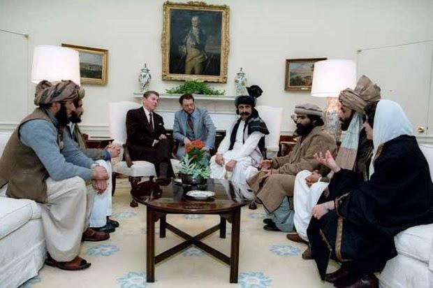 Reunião do presidente Reagan com o afegão Mujahideen no Salão Oval em 1983 (Crédito: governo dos EUA)