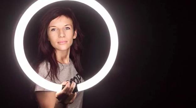 Fotografía de una chica sosteniendo una luz de tubo