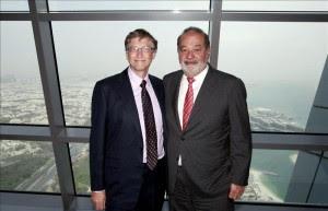 En la imagen Bill Gates (i) y el mexicano Carlos Slim Helú, los dos hombres que encabezan año tras año las listas de millonarios. EFE/Archivo