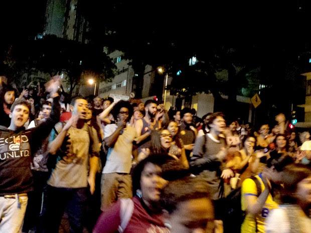Apoiadores de Dilma protestam em Belo Horizonte contra a retirada dela da presidência (Foto: G1)