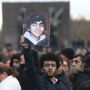 מפגין בטורקיה אתמול נושא את תמונתו של ברקין אלוואן (15) שמותו השבוע מפצעים שספג בקיץ שעבר הצית גל הפגנות נגד ארדואן