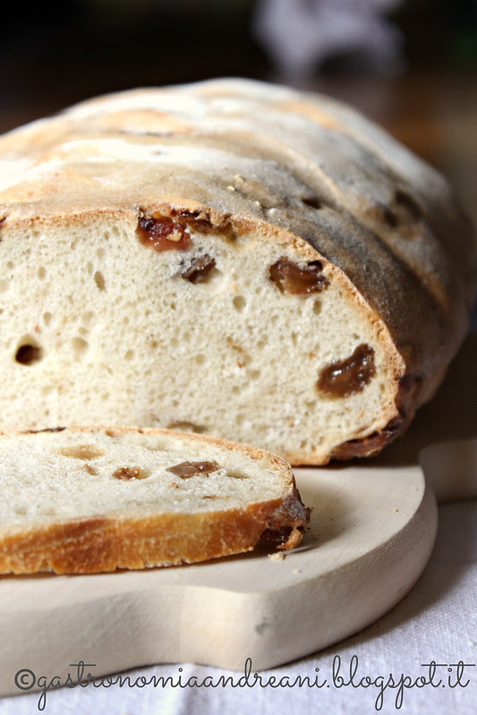Pane con fichi secchi e uvetta