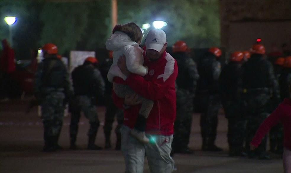 Torcedores do Inter durante conflito no Beira-Rio (Foto: Reprodução / SporTV)