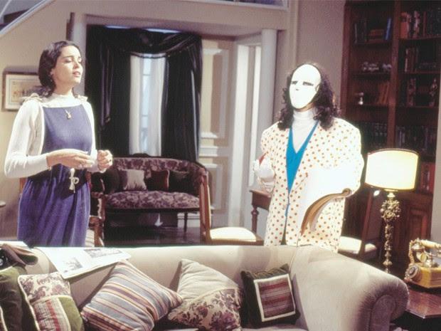 Carmem (Suzy Rêgo) com o mascarado Adonay (Breno Moroni) (Foto: CEDOC/TV Globo)