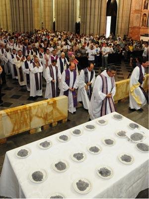 Quarta-feira de Cinzas celebrada na Arquidiocese de São Paulo... A missa, presidida pelo cardeal dom Odilo Pedro Scherer na Catedral da Sé no dia 22 de fevereiro de 2012, marca o início da Quaresma (Foto: Luciney Martins/Divulgação)