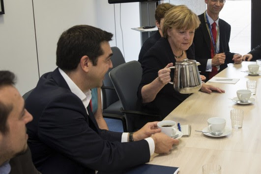 Σύνοδος Κορυφής: Η Μέρκελ σέρβιρε καφέ τον Τσίπρα (ΦΩΤΟ)