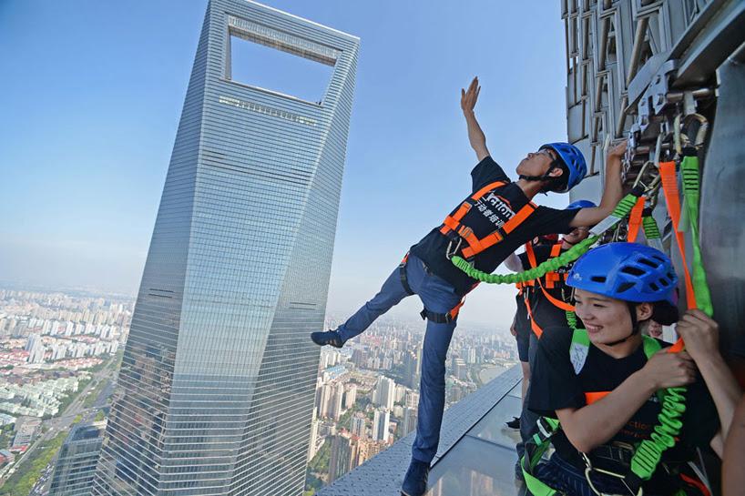 glass-bottomed-skywalk-jinmao-tower-shanghai-designboom-02