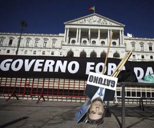 Carteles antigubernamentales frente al Parlamento luso. Foto: Francisco Seco.