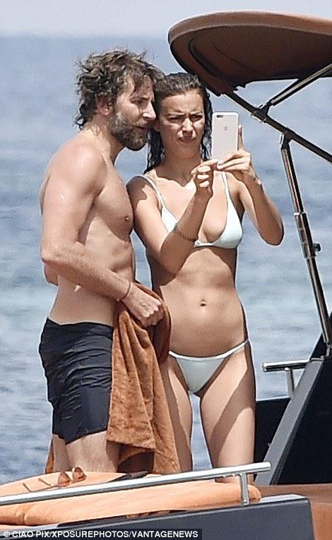 Não tenho certeza: Bradley e Irina estudar algumas das fotos em seu cameraphone, mas ela não parece convencido
