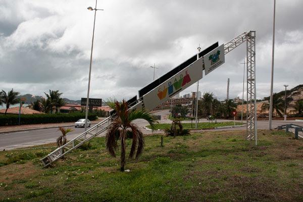 Via Costeira: fortes ventos derrubaram o pórtico Cidade Viva