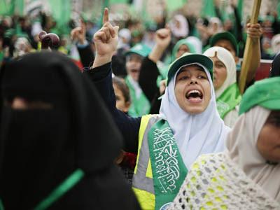 Simpatizantes de Hamás concentrados en Gaza, para celebrar el 25 aniversario de la organización