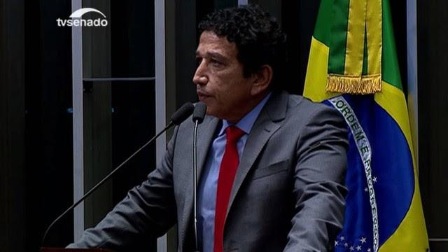 Magno Malta (PR/ES) faz discurso inflamado e compara o Brasil a uma perna com gangrena.