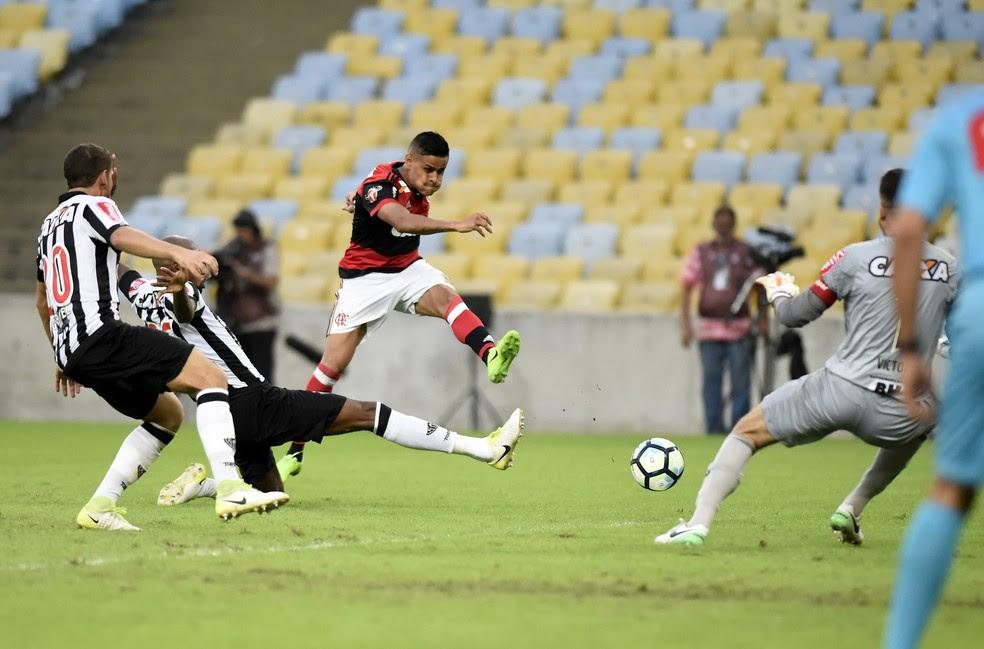Flamengo e Atlético-MG fizeram um jogo muito movimentado, mas o empate por 1 a 1 persistiu até o fim (Foto: André Durão)