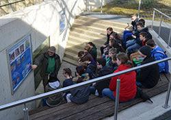 Aufmerksam folgen die Jülicher Schüler den Erläuterungen zur Lachsansiedlung in der Rur.