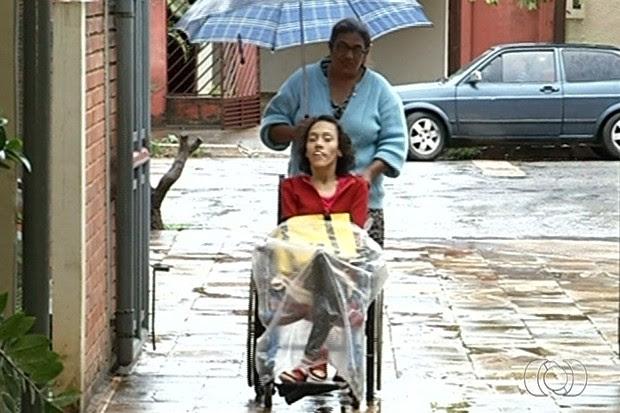 Cleones Barbosa leva a filha todos os dias para a universidade (Foto: Reprodução/TV Anhanguera)