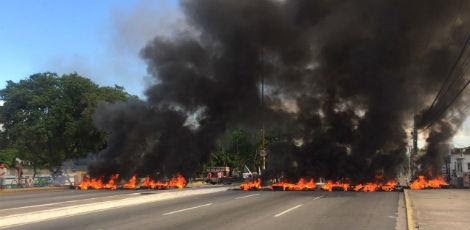 Avenida Recife bloqueada / Foto: Jonnathan Monteiro/Rádio Jornal