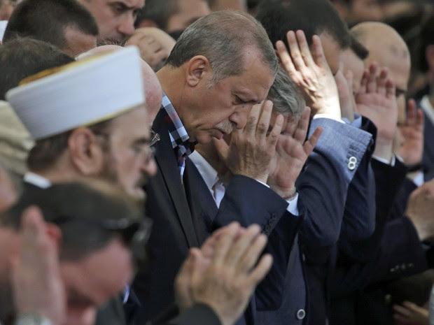 Presidente da Turquia Recep Tayyip Erdogan participa de funeral de vítimas da tentativa de golpe da última sexta-feira (15) (Foto: Alkis Konstantinidis/ Reuters)